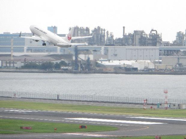JAL機(背後に工場群)