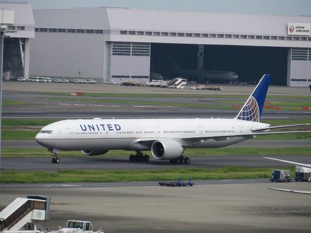 ユナイテッド航空機(背後に格納庫)