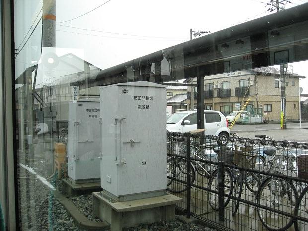 「粟島(大阪屋ショップ前)」停留所にある駐輪場と駐車場