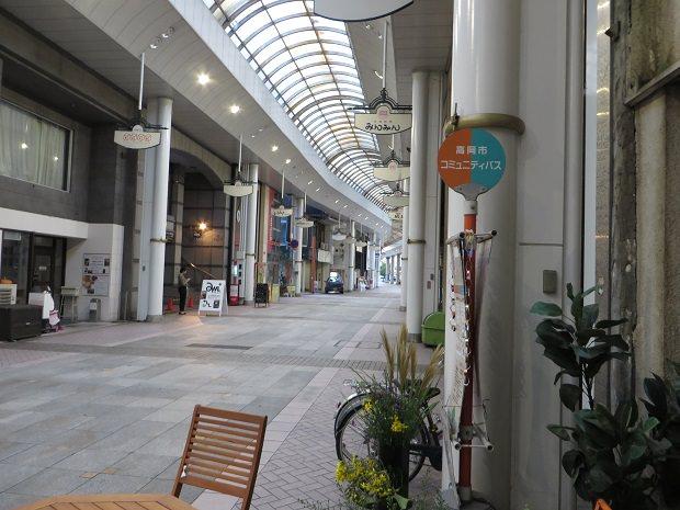 商店街の中のバス停