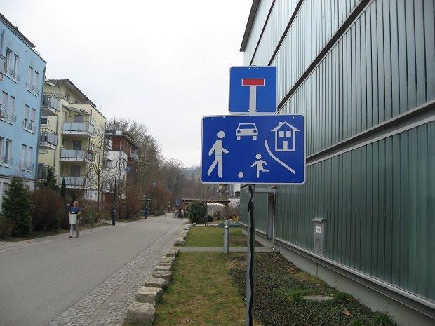 街の入り口の標識
