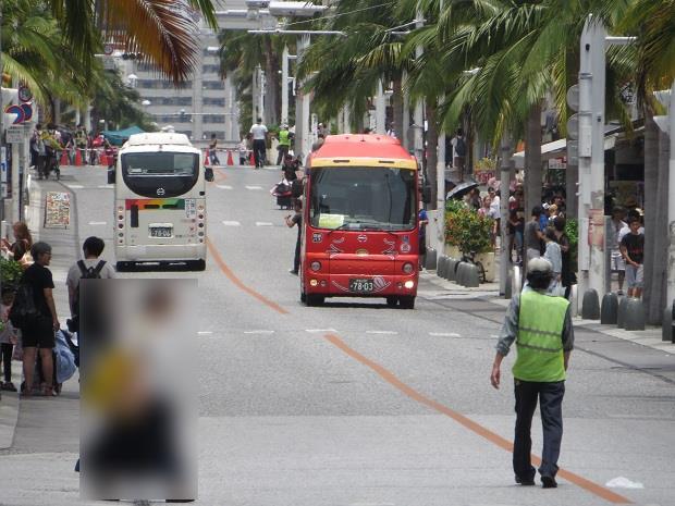 バスを先導